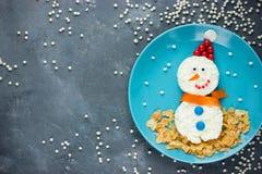 孩子的滑稽的雪人圣诞节早餐 免版税库存照片