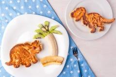 孩子的滑稽的食物:以恐龙的形式薄煎饼 库存图片