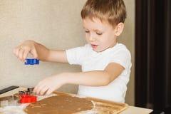 孩子的主要类烘烤圣诞节曲奇饼的 年轻池氏 免版税库存图片