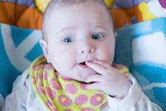 孩子的画象有一个手指的在嘴 免版税库存照片