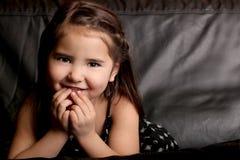 孩子相当微笑的年轻人 库存照片