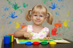 孩子看见在明亮的不可思议的颜色的世界 库存照片
