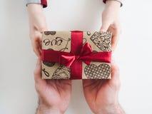孩子祝贺他的父亲 美丽的礼物盒 免版税库存图片