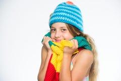 孩子穿温暖的软的被编织的蓝色帽子和长的围巾 温暖的羊毛辅助部件 帽子和围巾保持温暖 哪些织品将 免版税库存图片