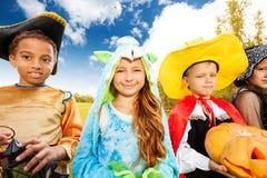 孩子穿戴万圣夜服装外面在公园 库存照片