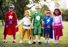 孩子穿戴户外超级英雄服装 免版税图库摄影