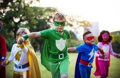 孩子穿戴户外超级英雄服装 库存图片