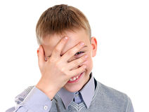 孩子窥视通过他的手指 库存图片