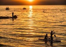 孩子站立用浆划在太浩湖 免版税库存图片