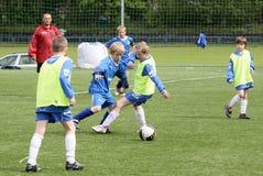 孩子符合足球 免版税库存图片
