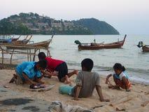 孩子等待他的父亲在海滩 地方Fishe 库存图片