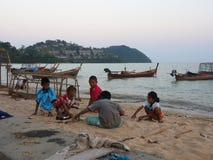 孩子等待他的父亲在海滩 地方Fishe 库存照片