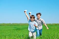孩子纸飞机使用 免版税库存照片