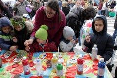 孩子绘在车间的大装饰鸡蛋在街道的复活节市场上 库存图片