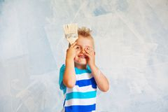 孩子绘有路辗的蓝色墙壁 男孩拿着一la 免版税图库摄影