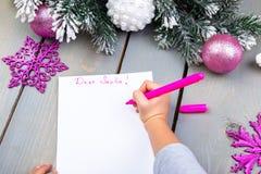 孩子给圣诞老人写信 孩子手 顶视图 免版税图库摄影