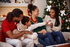 孩子给圣诞节礼物她的姐妹 免版税库存照片