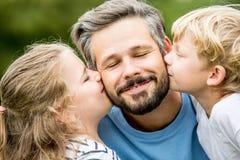 孩子给父亲一个亲吻 免版税图库摄影