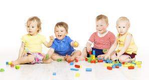 孩子编组演奏玩具块 在w的小孩子 免版税图库摄影