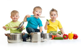 孩子编组烹调在白色 三个男孩演奏机智 免版税库存图片