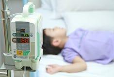 孩子耐心在医院病床上 免版税库存照片