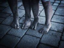 孩子肮脏的脚 免版税库存图片