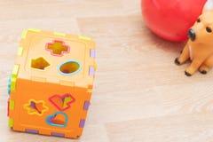 孩子背景顶视图与玩具的在白色 木立方体,五颜六色的玩具砖,铅笔,在蓝色背景的放大镜 免版税库存图片