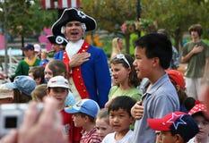 孩子背诵忠诚承诺在一个街道市场期间在佛罗里达 4月2007日 免版税库存照片