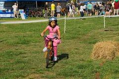 孩子自行车路线的女孩 免版税库存照片