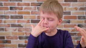 孩子舔与您的手指的巧克力釉 影视素材