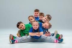 孩子舞蹈学校、芭蕾、节律唱诵的音乐,街道,质朴和现代舞蹈家 图库摄影