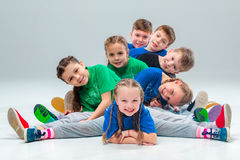 孩子舞蹈学校、芭蕾、节律唱诵的音乐,街道,质朴和现代舞蹈家 库存照片