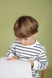 孩子艺术和工艺学会活动的孩子切开与剪 免版税库存照片