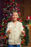 孩子获得乐趣在一次新年` s庆祝,拿着闪烁发光物 库存图片