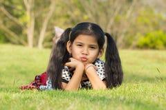 孩子获得乐趣在公园 库存照片
