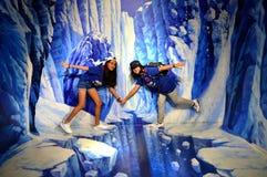 孩子获得乐趣在冰峭壁 库存照片