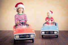 孩子获得乐趣在圣诞节时间 免版税库存图片