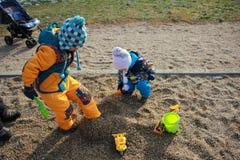 孩子获得乐趣在操场 免版税图库摄影