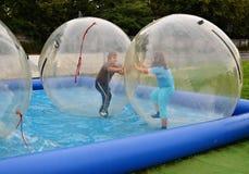 孩子获得乐趣在气泡 免版税库存图片