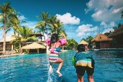 孩子获得乐趣在水池 免版税图库摄影