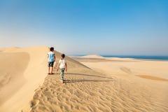 孩子获得乐趣在沙漠 图库摄影