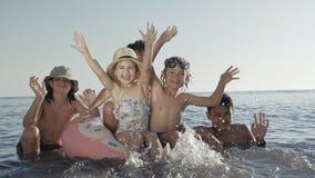 孩子获得乐趣在海在度假暑假 股票视频
