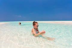孩子获得乐趣在海滩 免版税图库摄影