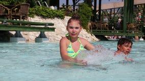 孩子获得乐趣在游泳池 影视素材