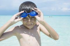 孩子获得乐趣在水中,当在度假时 库存照片