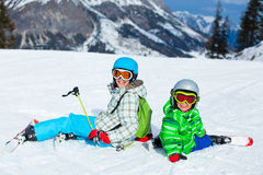 孩子获得在滑雪的一个乐趣 免版税库存照片