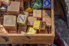 孩子葡萄酒木玩具块 图库摄影