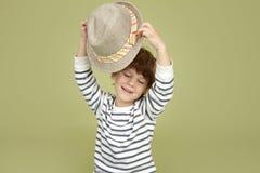 孩子衣物和时尚:有浅顶软呢帽帽子的传神孩子 库存照片