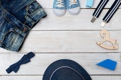孩子衣裳和孩子玩具一个小男孩的 复制空间 库存照片