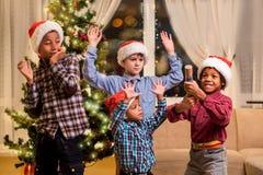 孩子被惊吓圣诞节爆竹 免版税库存图片